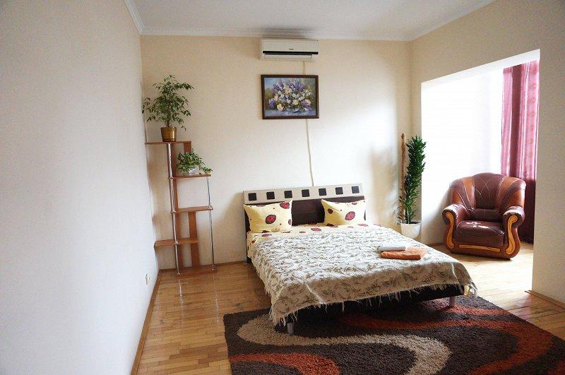 2-кімнатна квартира подобово, Чернівці, пл. , 3