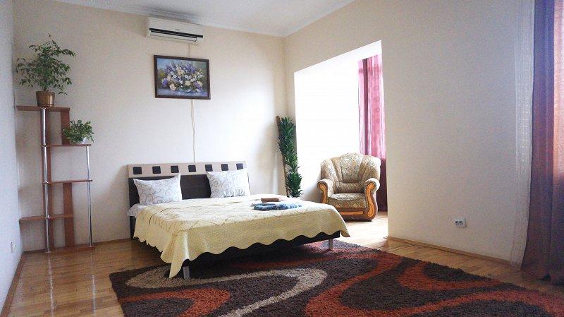 2-кімнатна квартира подобово, Чернівці, пл. , 3 (3)