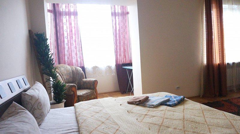 2-кімнатна квартира подобово, Чернівці, пл. , 3 (4)